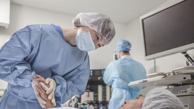 Ein Cochrane-Review kam zu dem Ergebnis, dass Melatonin vergleichsweise angstlösend vor und nach Operationen wirkt wie Benzodiazepine. (Foto: xixinxing / stock.adobe.com)