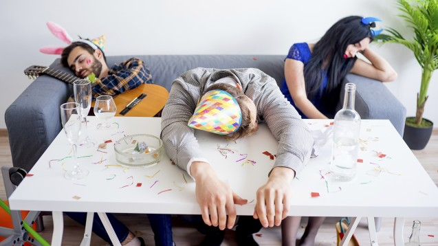 Zu intensiv gefeiert? Nahrungsergänzungsmittel versprechen einem Kater vorzubeugen oder ihn zumindest zu lindern. Doch diese Werbeversprechen gehen zu weit, moniert die Wettbewerbszentrale. ( r / Foto: Nichizhenova Elena / stock.adobe.com)