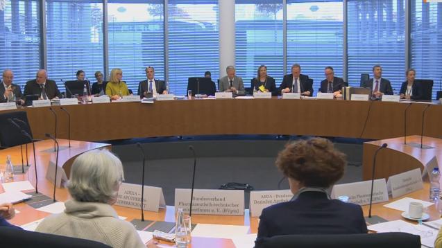 Im Gesundheitsausschuss des Bundestags beantworteten am heutigen Mittwoch Experten die Fragen von Abgeordneten zur geplanten PTA-Reform. (Foto: Screenshot, Mediathek des Deutschen Bundstags)