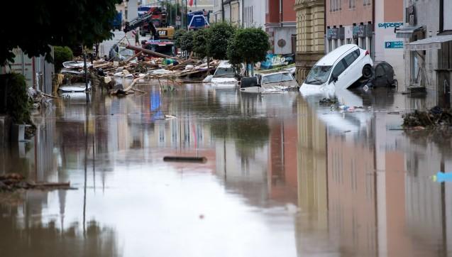 Der Stadtplatz von Simbach am Inn in Niederbayern war am Donnerstag komplett überflutet. (Foto: dpa / picture alliance)