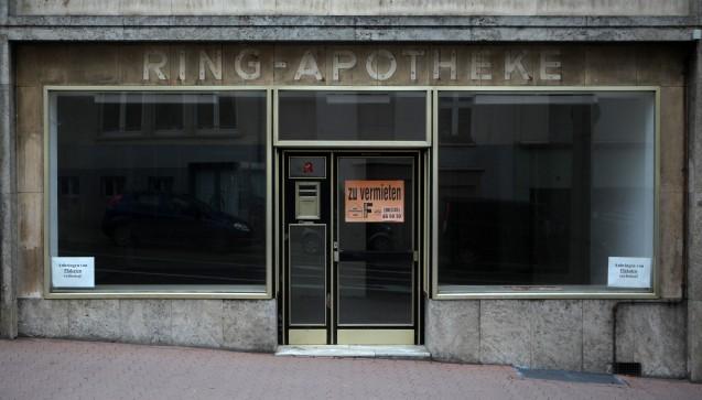 Aus Bonn wurde diese Woche ein tragischer Fall einer Apothekenschließung berichtet: Eine 83-jährige Apothekerin musste nach 46 Jahren ihre Apotheke zum letzten Mal schließen. Zwangsweise, denn sie habe gegen die Apothekenbetriebsordnung verstoßen. Mögliche Gründe für ein derart hartes Vorgehen erläuterte ein Pharmazierat gegenüber DAZ.online. (Foto: dpa)