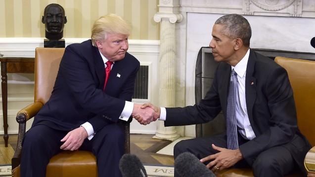 Annäherung, wenn auch keine Liebe auf den ersten Blick: Der zukünftige US-Präsident Donald Trump bei seinem ersten Treffen mit Amtsvorgänger Barack Obama. (Foto: dpa / picture alliance)