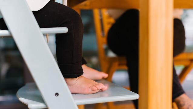 Erhalten Säuglinge mit infantiler spinaler Muskelatrophie einmalig Zolgensma®, kann die Hälfte der Babys bis zum Alter von 18 Monaten für mindestens zehn Sekunden frei sitzen.(Foto:Tanya Yatsenko/Stocksy/AdobeStock)
