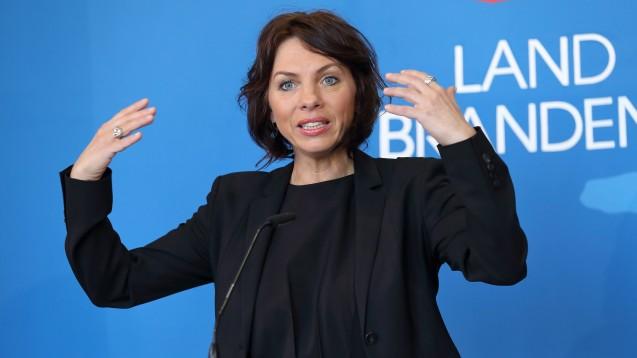 Brandenburgs Gesundheitsministerin Susanna Karawanskij (Linke) spricht sich erneut für das Rx-Versandverbot aus, begrüßt aber auch viele Passagen des Apotheken-Stärkungsgesetzes. (c / Foto: imago images / Müller)