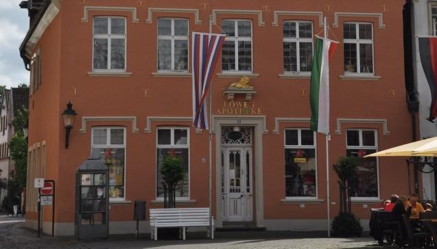 Lange Geschichte: Die Löwen-Apotheke in Warendorf hat nicht nur Telefonzellen kommen und gehen gesehen.(Foto: Die Glocke)