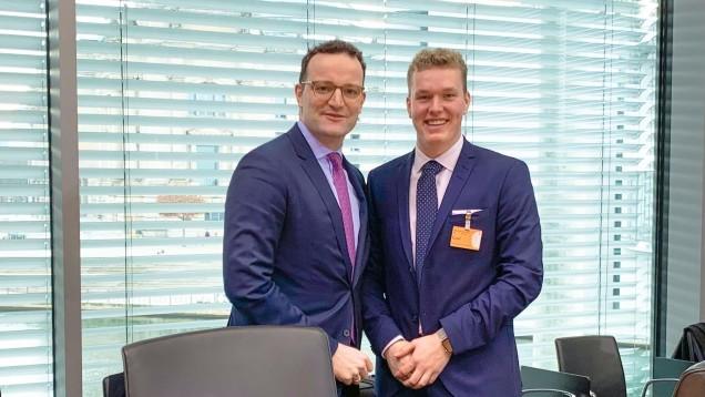 Bundesgesundheitsminister Spahn will sich mit dem Pharmaziestudenten Benedikt Bühler (rechts) nicht zu einem Fachgespräch treffen. Im Januar trafen die beiden im Petitionsausschuss aufeinander. (Foto: PTAheute)