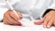 Ärzte sollen künftig auch die Dosierung aufs Rezept schreiben. Der Bundesverband Deutscher Internisten sieht darin keinen Nutzen. ( r / Foto: M.Dörr & M.Frommherz / stock.adobe.com)