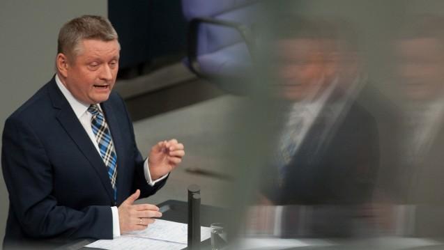 Bislang nur eine kleine Änderung von Bundesgesundheitsminister Hermann Gröhe: Nach Ansicht vieler Gesundheitspolitiker wie auch Patientenschützer muss das Heilpraktikerwesen strenger reguliert werden. (Foto: dpa)