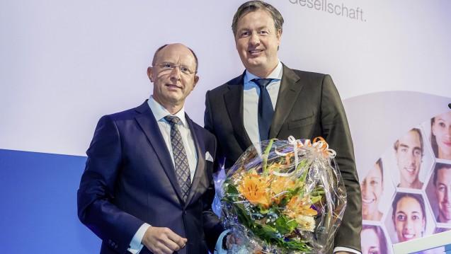 Der BAH-Selbstmediaktionspreis 2017 ging an die Apotheken Umschau. BAH-Vorstandschef Jörg Wieczorek überreichte ihn dem CEO des Wort & Bild Verlags Andreas Arntzen. (Foto:BAH/Pietschmann)