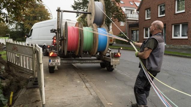 An vielen Orten in Deutschland werden derzeit Glasfaserkabel für schnelleres Internet verlegt. Im hessischen Ort Hirzenhain gibt es bislang allerdings keinen Glasfaseranschluss. Der Vor-Ort-Apotheker hat mit der derzeitigen Technik aber große Verbindungsprobleme. ( r / Foto: imago images / teamwork)
