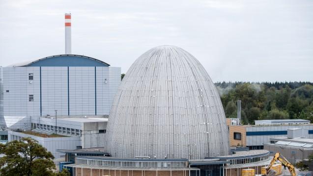 Am Forschungsreaktor München II (links, rechts daneben der stillgelegte Vorgänger, das Atom-Ei ) werden Molekül-Strukturen für Forschungsgruppen aus aller Welt aufgeklärt. (foto: picture alliance/Sueddeutsche Zeitung Photo)