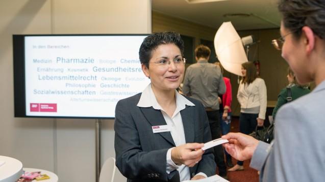 Auf dem Karrieretag bietet sich die Möglichkeit mit Mitarbeitern aus den Personalabteilungen über Karrierechancen zu sprechen (Foto: Schelbert / DAZ)