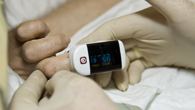 Sauerstoffsättigung, Puls, Temperatur und Auskultation sollten Ärzte zur Diagnose der Lungenentzündung heranziehen. (Foto: Lichtmaler / stock.adobe.com)