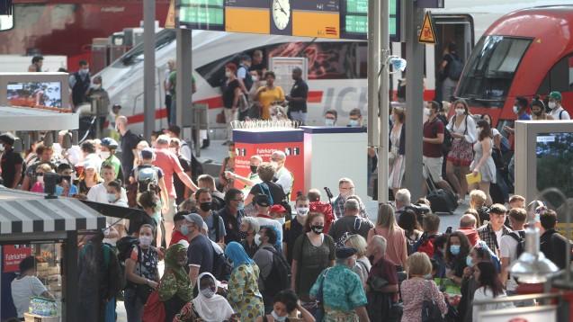 In den Sommerferien wird es voll an den Bahnhöfen, auch in der aktuellen Zeit der Corona-Pandemie. Das Ansteckungsrisiko variiert dabei nicht nur mit dem Abstand, sondern auch mit der Dauer einer Zugfahrt. (Foto: imago images / Ralph Peters)