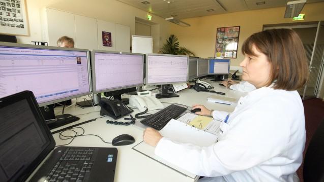 Ärzte mit digitalem Patientenkontakt: Kritikern zufolge gehen dabei wichtige Versorgungsmerkmale verloren. (Foto: Imago)