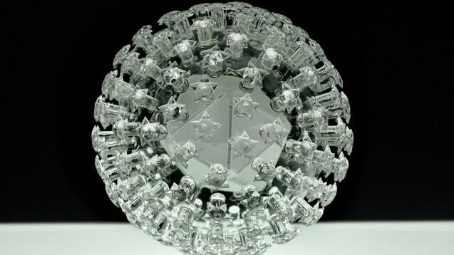 Glasskulptur eines Coronavirus: Zwei wissenschaftliche Studien, publiziert in Lancet und NEJM, wurden, obwohl peer-reviewed, von den Autoren zurückgezogen. Sie können für die Wahrheitstreue der Daten nicht garantieren. Ein wissenschaftlicher Skandal? ( r / Foto: imago images / ZUMA Wire)