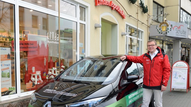 Klever: Gerd Franke mit seinem Taxi vor seiner Linden-Apotheke in Olpe. (Foto: privat)