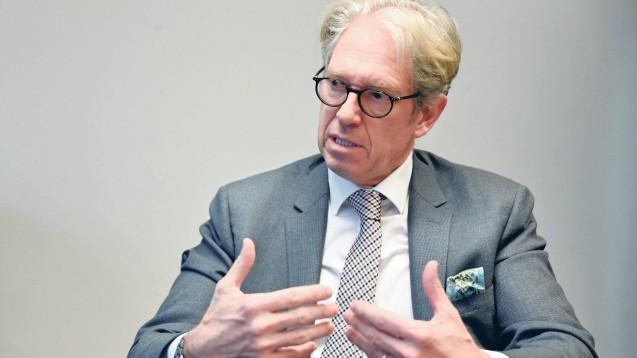 KBV-Chef Dr. Andreas Gassen ist gemeinsam mit Vertretern der BÄK und der AkdÄ nach Brüssel gereist, um sich gegenüber EU-Politikern für ein europäisches Melderegister für Lieferengpässe auszusprechen. (c / Foto: imago images / tagesspiegel)