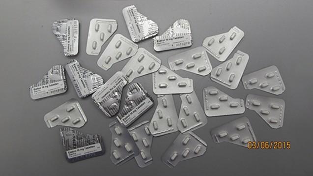 Importarzneimittel - Puzzeln im Zeichen der Wirtschaftlichkeit? Selbst wenn die Schnipsel ordnungsgemäß etikettiert wurden - solche Bastelpackungen verängstigen Patienten und gefährden die Therapie, finden Arzneimittelexperten. (s / Foto: AMK)