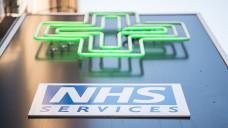 Weil der britische Gesundheitsdienst NHS die Botendienste von Apotheken nicht finanziert und der finanzielle Druck nach den Honorarkürzungen zu groß geworden ist, will die Apothekenkette Rowlands, die zum Phoenix-Konzern gehört, nun fast alle kostenfreien Botendienste streichen. (Foto: dpa)