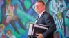 Viel Lesematerial: Bundesgesundheitsminister Hermann Gröhe (CDU) wälzt derzeit die gesundheitspolitischen Positionen von Grünen und FDP, um sich auf die möglichen Koalitionsverhandlungen vorzubereiten. (Foto: dpa)