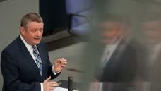 Keine Limo-Dose: Bundesgesundheitsminister Hermann Gröhe (CDU) kritisiert den Abgabeautomaten in Hüffenhardt von DocMorris. (Foto: dpa)