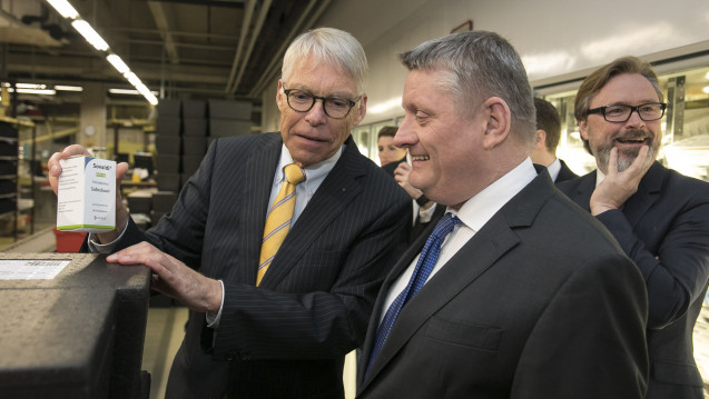 Bundesgesundheitsminister Hermann Gröhe (CDU) (re.) bei einem Besuch der privaten Pharmagroßhandlung Kehr mit dem gesellschaftenden Geschäftsführer Ulrich Kehr (li.). (Foto: Kehr)