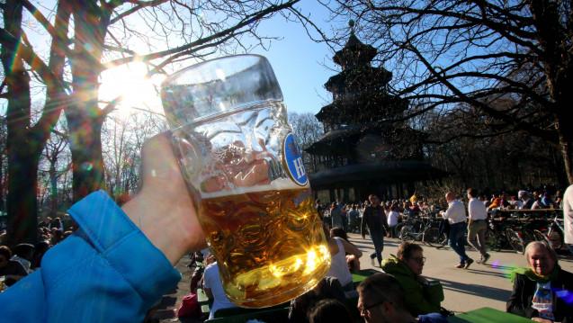 So erfrischend ein kühles Bier im Freien auch ist - es sollte nicht jeden Abend genossen werden. Denn ab mehr als fünf großen Pils die Woche sinkt die Lebenserwartung, fanden Forscher heraus. (Foto: Imago)
