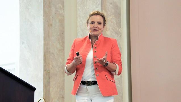 Dr. Ilse Zündorf stellte die komplexen immunologischen Zusammenhänge, die zu Autoimmunerkrankungen, anschaulich dar. (Foto: DAZ)