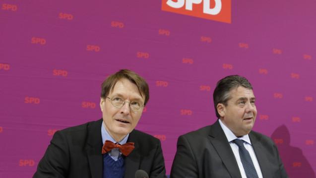 """Karl Lauterbach und Sigmar Gabriel findes es ungerecht, dass GKV-versicherte Politiker schneller einen Arzttermin erhalten als """"Normalbürger"""". (Foto: Imago)"""