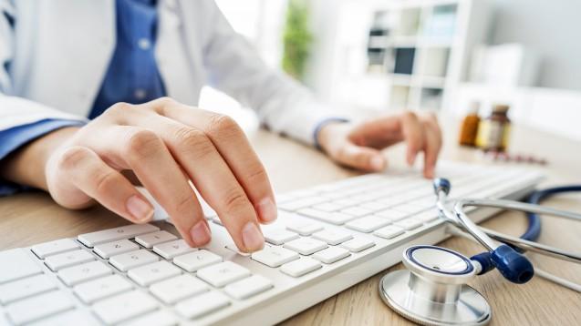 Künftig gibt es keine rosa Rezepte mehr beim Arzt oder der Ärztin, die Arzneimittelverordnung erfolgt elektronisch. Aber wie das genau funktionieren soll, ist vielen Bürger:innen noch unklar. (Foto: sebra / AdobeStock)