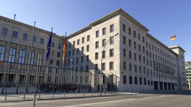 Das Bundeswirtschaftsministerium (BMWi) reagiert mit Unverständnis für die Verärgerung der Apotheker auf die Leaks zum Honorar-Gutachten und gibt indirekt den Ministerien für Finanzen und Gesundheit die Schuld. (Foto: dpa)