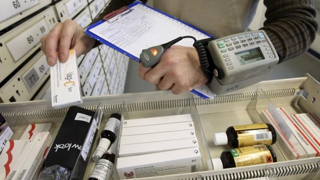 Während Hersteller und Apotheker jede einzelne Packung im Securpharm-System ein- und ausbuchen müssen, müssen Großhändler nur bestimmte Arzneimittel kontrollieren. Ist das eine Sicherheitslücke? ( j/ Foto: Imago)