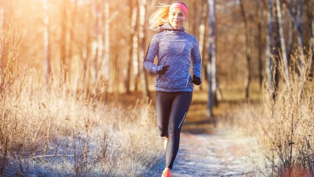 Auch während der zweiten Corona-Welle haben viele trotz niedriger Temperaturen den Laufsport für sich entdeckt. Manche haben sich vielleicht außerdem vorgenommen, im neuen Jahr etwas Gewicht zu verlieren. Doch ist es ratsam, wenn man Sport macht, auf Kohlenhydrate zu verzichten? (Foto: skumer / stock.adobe.com)
