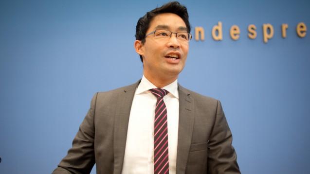 Philipp Rösler, da schon Bundeswirtschaftsminister, stellt am 23.Oktoober 2013 in Berlin die Herbstprognose der Bundesregierung vor. (Foto: dpa)