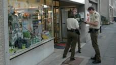Apotheken werden regelmäßig Opfer von Einbrechern. Hier protokollieren Polizeibeamte den Tathergang eines Überfalls. (Foto: Frank Fuchs / dpa)