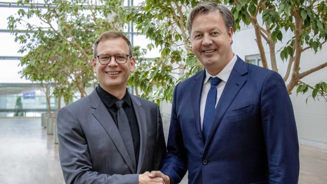 Ralf König, Apotheker und Curacado-Gründer, und Andreas Arntzen, Vorsitzender der Geschäftsführung Wort & Bild Verlag. ( r / Quelle: picture alliance/Wort & Bild Verlag/obs)