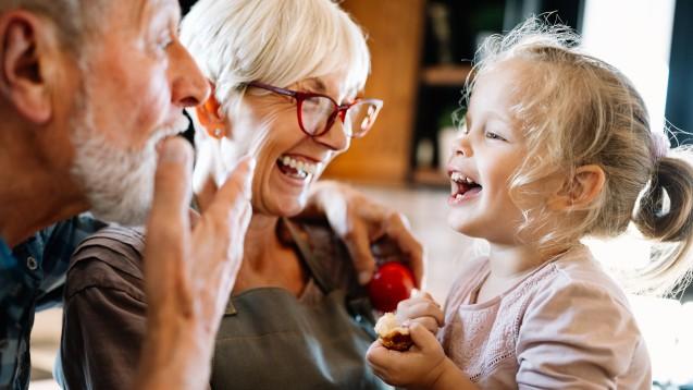 Viele Eltern beschäftigt derzeit die Frage, wann sie ihre Kinder wieder in die Kita bringen können. Währenddessen fragen sich viele Großeltern und Enkel wahrscheinlich, ob sie sich ohne größeres Risiko endlich wiedersehen dürfen. (s / Foto: NDABCREATIVITY / stock.adobe.com)