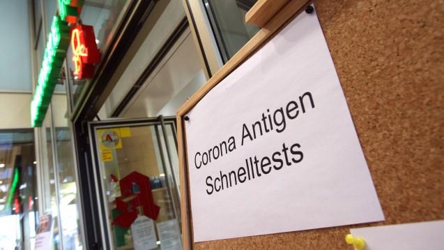 """Die """"Bundesnotbremse"""" hat in vielen Apotheken die Nachfrage nach Schnelltests erhöht. (Foto: IMAGO / Ralph Peters)"""