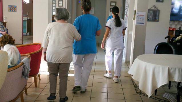 Beschäftigte in der Altenpflege erkranken im Vergleich zu anderen Berufsgruppen besonders häufig an COVID-19, wie ein aktueller Branchenvergleich der Krankenkasse Barmer zeigt. (Foto: IMAGO / Hans Lucas)
