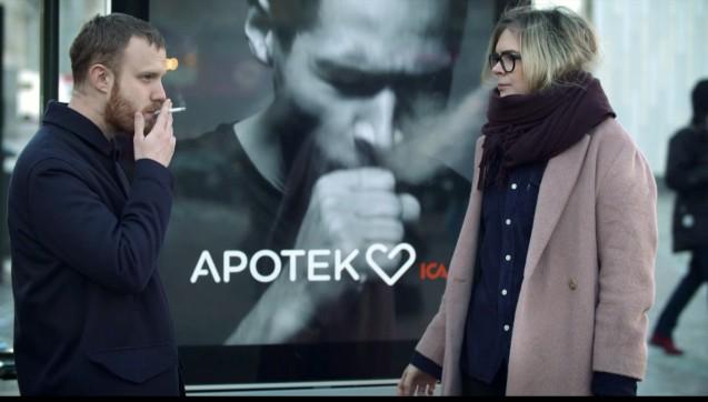 Die schwedische Apothekenkette Apotek Hjärtat hatte eine ausgefallene Idee, um auf ihre Anti-Rauch-Produkte aufmerksam zu machen. Auf einem großen Stockholmer Platz stellte das Kettenunternehmen ein elektronisches Werbeplakat auf, auf dem ein Mann zu sehen war, der anfing zu husten, wenn jemand vorbeiging, der gerade rauchte. Anschließend durften sich die Passanten vier Rauchentwöhnungsprodukte anschauen. (FotO: ICA)