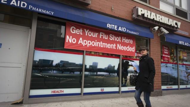 Apotheker in den USA leisten bereits einen wertvollen Beitrag bei der Durchimpfung, insbesondere bei Grippe. Nun soll die präventive Impftätigkeit der Pharmazeuten in den Vereinigten Staaten noch weiter ausgebaut werden. (c / Foto:picture alliance / Photoshot)