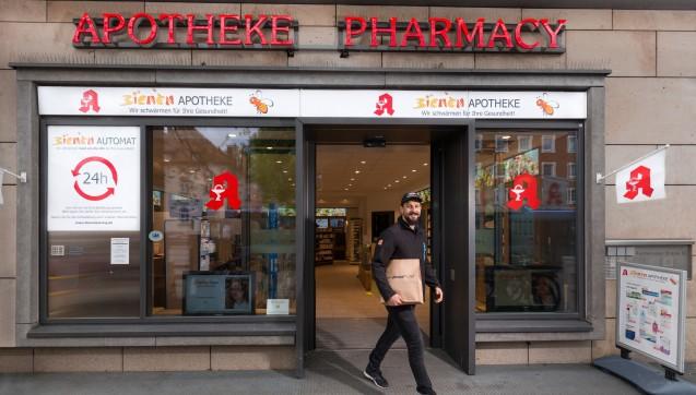 Geliefert werden die Arzneimittel aus der Bienen-Apotheke am Laimer Platz.