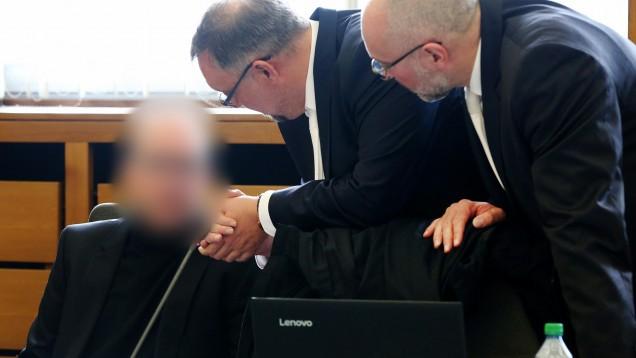Der Bottroper Zyto-Apotheker Peter S. (hier mit seinen Anwälten während des Verfahrens) ist insolvent. Jetzt klagt der Insolvenzverwalter gegen die Mutter des Apothekers. (x / Foto: hfd)