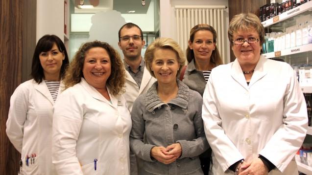 Dr. Ursula von der Leyen (Mitte vorn), Diana Rieck-Vogt (rechts hinten) und Magdalene Linz (rechts vorn) mit Mitarbeitern der Leibniz-Apotheke in Hannover. (Foto:Apothekerkammer Niedersachsen)