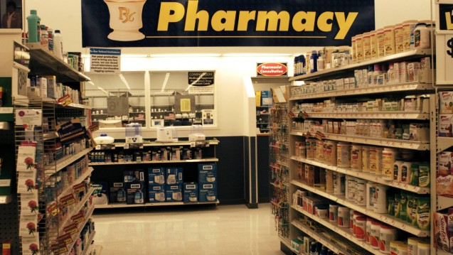 In Geschäften wie diesen verkauft der US-Konzern Walmart nicht nur Arzneimittel, sondern auch Homöopathika. Darüber beschwert sich nun eine Bildungsorganisation. (Foto: Imago images / photothek)