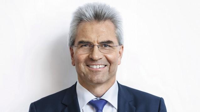 Der Vorsitzende des Bayerischen Apothekerverbands, Hans-Peter Hubmann, erklärte bei der Delegiertenversammlung der Bayerischen Landesapothekerkammer, wie die digitalen Impfzertifikate ausgestellt werden. (Foto: ABDA)