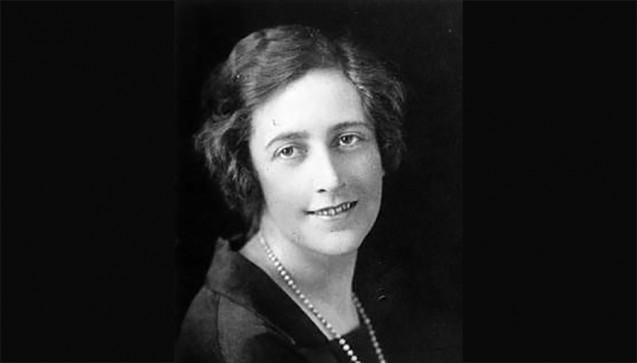 Von den vorigen Fällen ließen sich viele Autoren und Filmemacher inspirieren. Eine davon war selbst keine Mörderin, erfand dafür aber umso mehr in ihren weltberühmten Kriminalromanen. Die britische Apothekerin Agatha Christie benutzte Gift als Mordwaffe in mehr als 40 ihrer zahlreichen Romane. Ihre Vorliebe galt den schnell wirkenden, schwer nachweisbaren Substanzen. Chlor, Arsen, Nikotin, Morphin, Thallium, Strychnin, Salz-, Blau- und Oxalsäure – die Liste der von ihr beschriebenen Stoffe liest sich wie ein chemisches Wörterbuch. Mehr zu den Giftmorden der Agatha Christi im DAZ Feuilleton (DAZ 20/2010) » (Foto: gemeinfrei / Wikipedia)