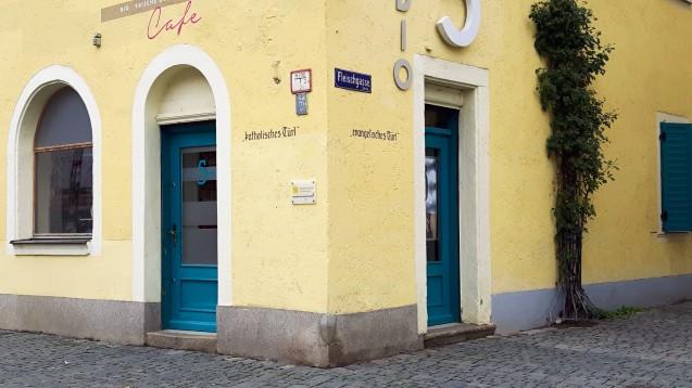 In der ehemaligen Marien-Apotheke in Weiden in der Oberpfalz gab es eine Tür für Katholiken und eine für Protestanten. Am Eingang des heutigen Fotogeschäfts erinnern heute noch Schriftzüge an diesen Brauch. (Foto: DAZ.online)