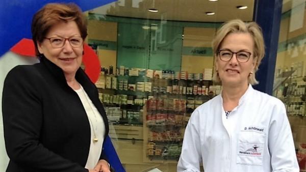 Politikerin besucht Essener Apotheke